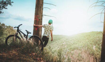 Mladík si užívá cyklotrasy v lesích.