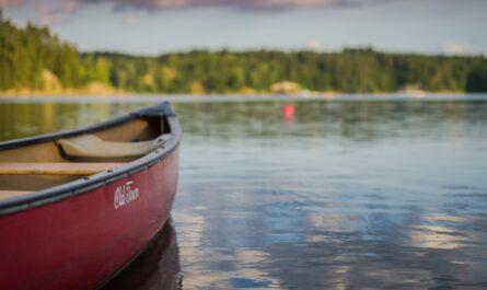 Dovolená na vodě u řeky na kánoi.
