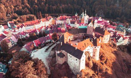 Hrad Loket zachycený z ptačí perspektivy.