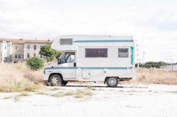 Obytný vůz zaparkovaný na odlehlém místě.