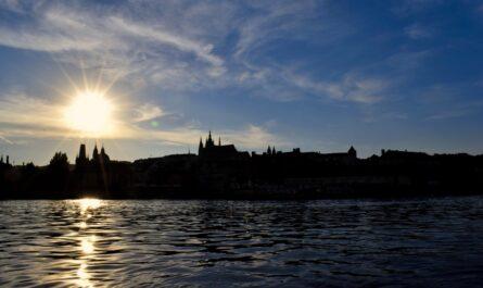 Pražský hrad zobrazený při zapadajícím slunci.