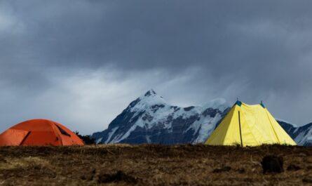 Stan rozbalený na hoře v rámci expedice.