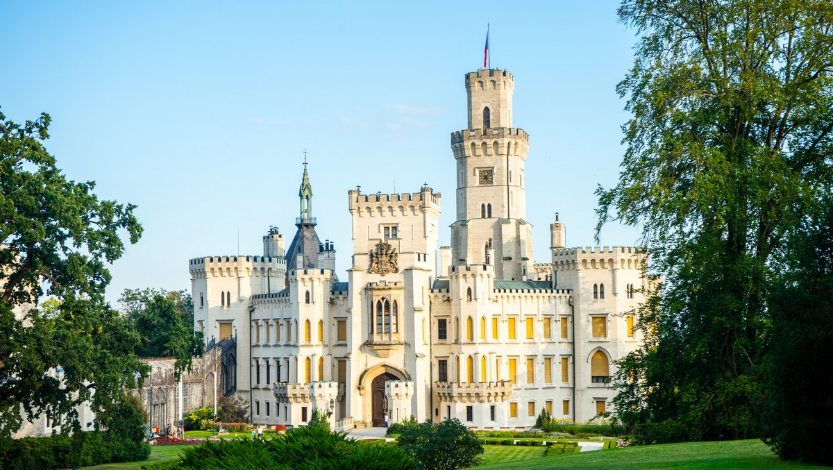 Státní zámek Hluboká nad Vltavou zachycený za slunečného dne.